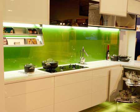 Kính ốp tường bếp màu xanh nhạt