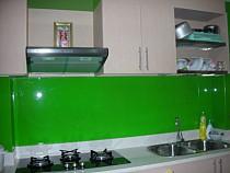 Kính ốp tường bếp màu xanh đậm