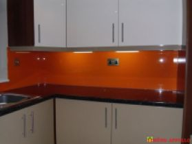 Kính ốp tường bếp màu cam